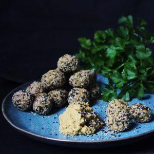 Leckere vegane Bällchen aus weißen Bohnen, Couscous und Haferflocken im Sesammantel