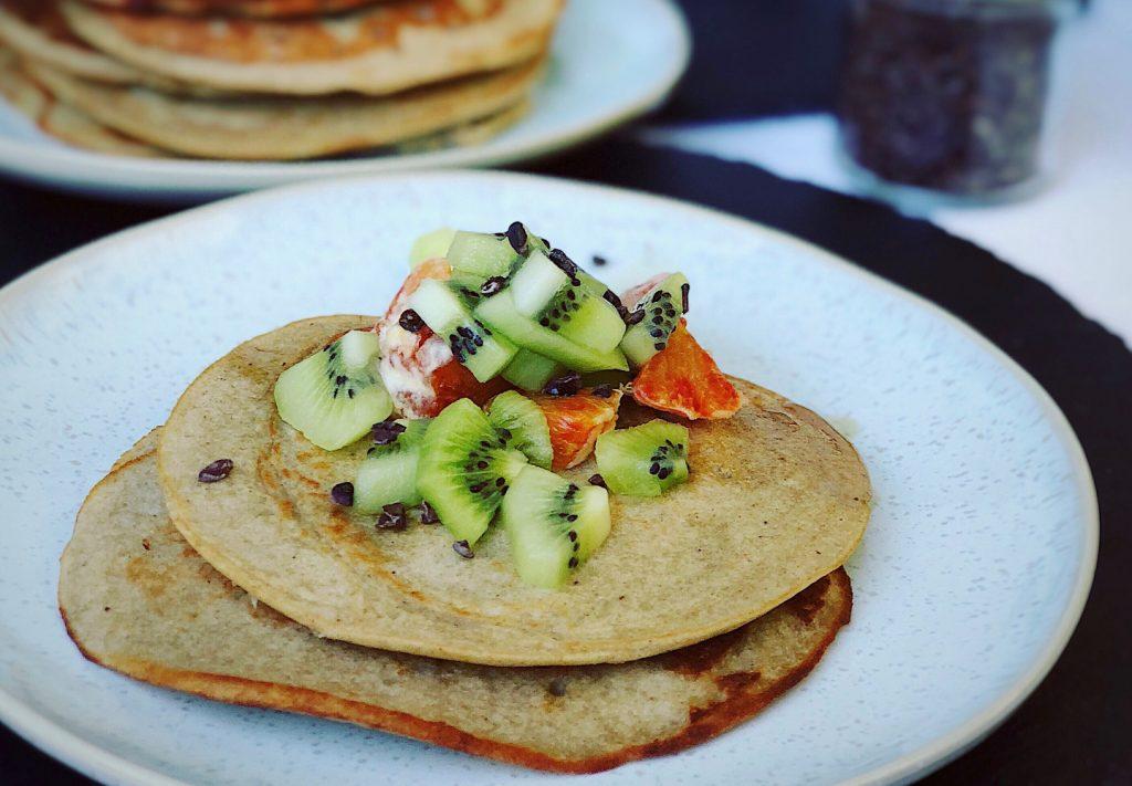 vegane Pancakes mit frischen Früchten