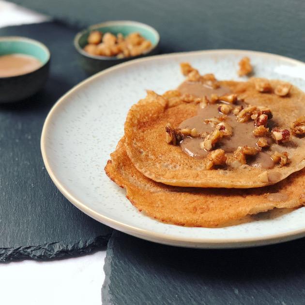 Vegane, glutenfreie Pancakes mit Dattelsauce und karamellisierten Nüssen
