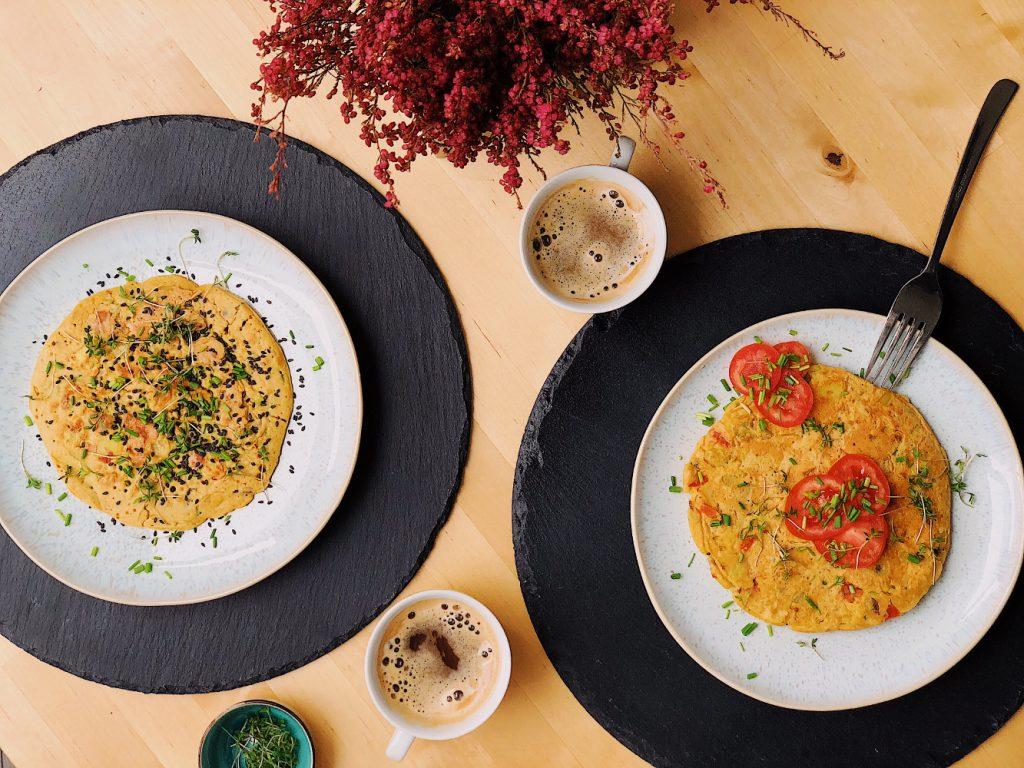 Leckere vegane Omelettes mit frischem Schnittlauch und Tomaten