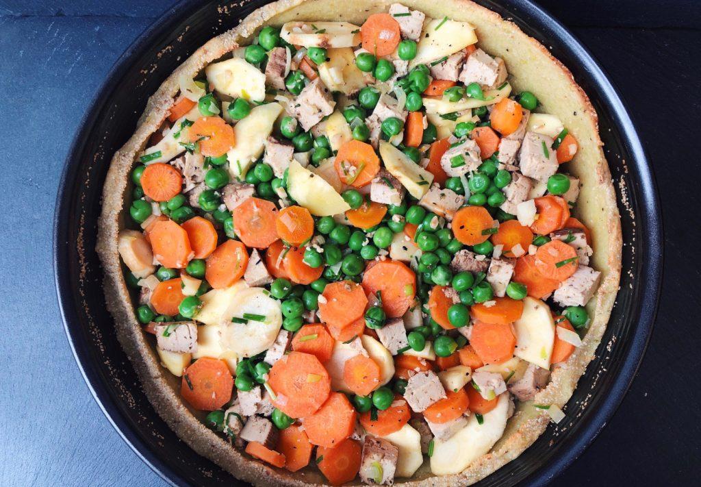 Kartoffelquiche mit feinen Erbsen, Karsten, pastinaken und Mandel-Nuss-Tofu