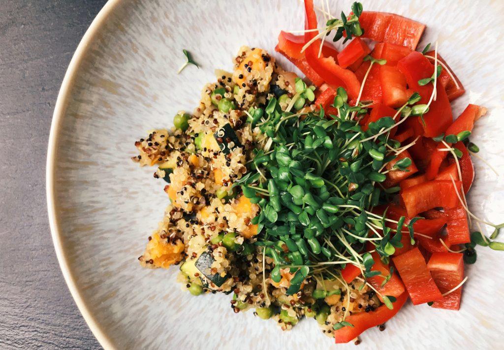 Quinoa mit Süßkartoffel, grünen Erbsen, frischer Paprika und selbst gezogenen Leinsamensprossen