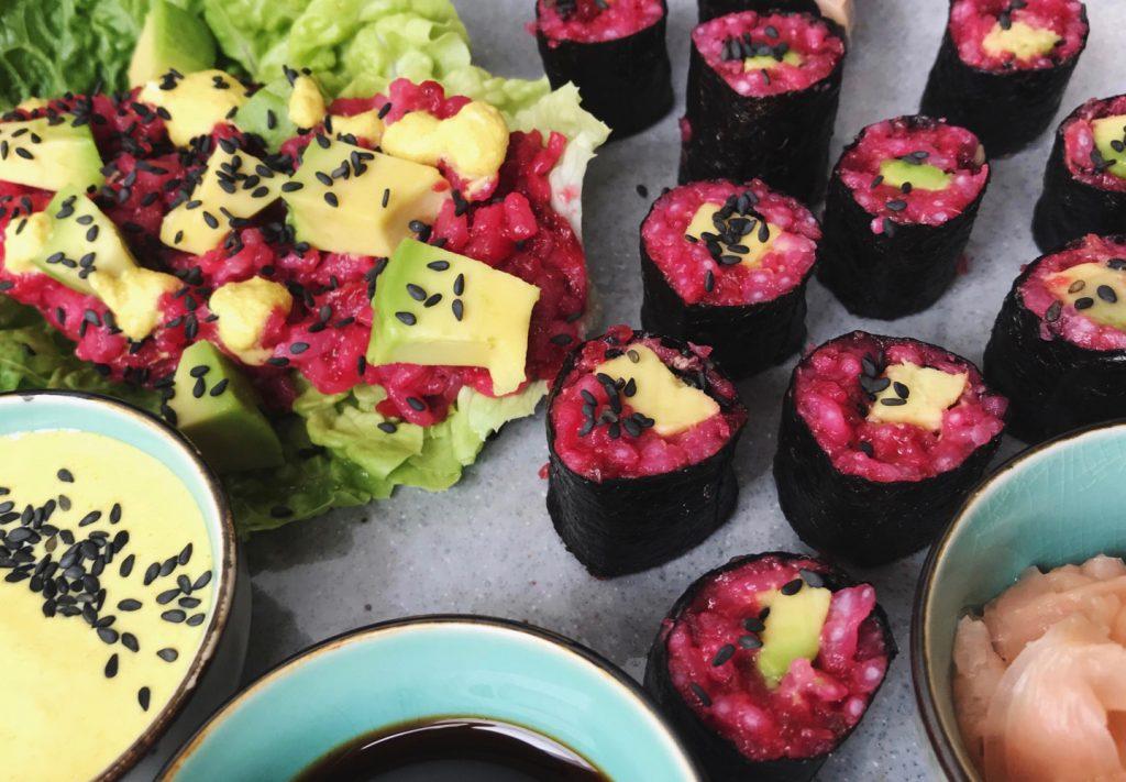 pinke Rote-Bete-Maki-Rollen mit schwarzem Sesam